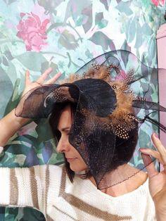 Pamela tocado en negro con plumas