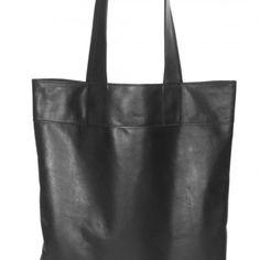 torba skórzana wykonana z miękkiej, czarnej, matowej skóry z grafitowym odcieniem.    w środku kieszonka oraz skórzana kosmetyczka zaczepiana na długim rzemyku    Wymiary torby: 45x52 cm  Długość rączek: 62 cm
