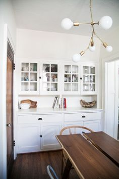 ikea hemnes hack - dining room built ins using hemnes cabinets and extension piece as window seat / bookshelf. Added mouldings, painted back panel, painted knobs gold. Room Feng Shui, Built In Hutch, Style Deco, Ikea, Dining Room Design, Home Interior, Built Ins, Home Decor Inspiration, Home Fashion