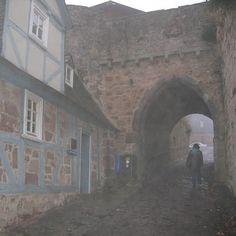 霧のマールブルグ、お城への道、ここまでは見えた。この上は真っ白。見えない。町は崖の上、エレベーターで登る。