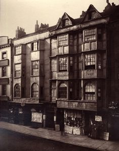 Shakespeare's house and other old buildings on Aldersgate Street in London. Victorian London, Vintage London, Old London, Victorian Era, City Of London, London Street, Edwardian Architecture, Historical Architecture, Ancient Architecture