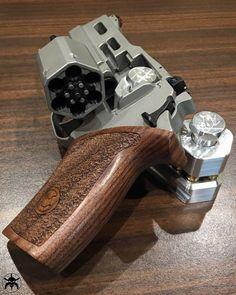MΔΠUҒΔCTURΣR: Chiappa Firearms MΩDΣL: Rhino 40DS CΔLIβΣR: 357 Magnum CΔPΔCITΨ: 6 Rounds βΔRRΣL LΣΠGTH: 4 ШΣIGHT: 850 g