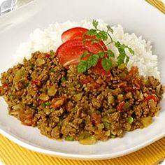 夏野菜のドライカレー (レシピNo.1941) 1. フライパンにサラダ油、にんにくを入れて熱し、香りが出たら取り出し、合挽肉を加え炒めます。  2. 1.に玉ねぎとピーマンを加えて炒め、カレー粉を振り入れて軽く炒め、さらにトマトと(A)を加えて煮ます。  3. 温かいごはんにバターを加え、混ぜ合わせ、器に2.と一緒に盛ります。上にチャービルとスライスしたトマトを飾ってもよいでしょう。
