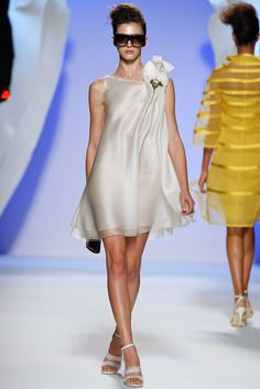 Take a look to Gattinoni Haute Couture Spring Summer 2009collection: the fashion accessories and outfits seen on Roma runaways.