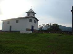 Igreja com cemitério ao fundo