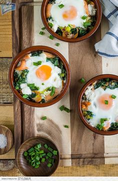 Smoked salmon and spinach backed eggs (in Polish) Salmon Eggs, Baked Eggs, Smoked Salmon, Kfc, Bruschetta, Spinach, Yummy Food, Delicious Recipes, Soup