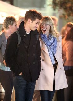 Emma and Andrew Snuggle Up For PDA on the Spider-Man Set: Emma Stone and Andrew Garfield filmed a scene together in NYC. Movie Couples, Cute Couples, Emma Stone Andrew Garfield, Andrew Garfield Spiderman 2, Andrew Garfield Haircut, The Amazing Spiderman 2, Doctor Who, Spider Man 2, Man Set
