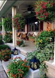 30 Stunning Front Porch Design and Decorating Ideas 30 atemberaubende Veranda Design und Dekorations Farmhouse Front Porches, Country Porches, Country Porch Decor, Southern Front Porches, Garden Cottage, Home And Garden, Cottage Porch, Spring Garden, Small Flower Gardens