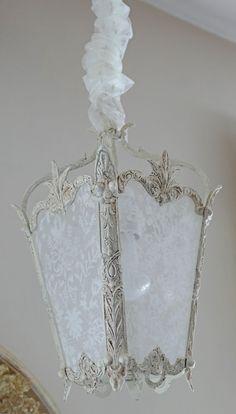 Lanterne en bronze, patinée lin et dentelle ivoire. Pour une décoration romantique. Lantern shabby chic, and lace. Perle de lumieres