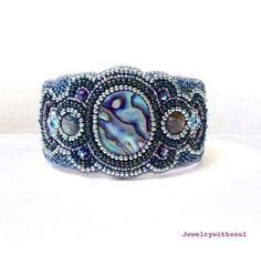 Bracelet de perles broderie manchette, bracelet brodé de perles, perles bracelet manchette avec paua cabochons de coquille ormeau en argent et vert méduse