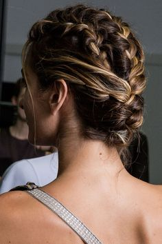 Pensez à diviser votre chevelure pour multiplier les tresses africaines et vous obtiendrez une coiffure tressée qui reste en place longtemps