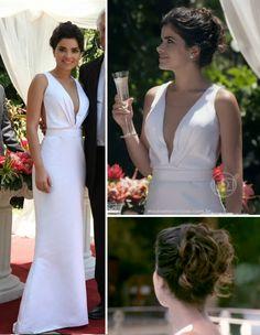 Vamos falar do simples e belo vestido, em detalhes, usado por Aline em seu casamento, um modelo minimalista, com uma saia levemente sereia e com um decote em V, já característico da personagem....