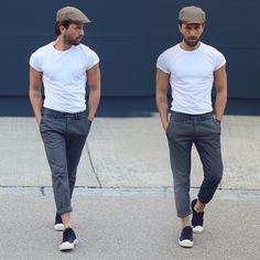 Dale modernidad a unos pantalones de vestir arremangándolos y llevándolos con una simple camiseta blanca y Converse de cuero. | 33 Formas en las que los hombres pueden usar Converse en cualquier ocasión