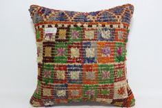 Gracias por visitar mi tienda. Estoy feliz de compartir mis cojines de kilim hechos a mano con usted. Seré más feliz si usted tiene algunos de ellos y se convierte en feliz de tenerlos...  DETALLES DE ALMOHADA KILIM:  * Hago mis cojines de kilim de fina calidad, tintes vegetales, vintage Kilims turcos de Anatolia. * El tamaño es de 18 x 18 o 45 cm x 45 cm * Frontal es lana alfombra kilim de lana. * Parte posterior es la tela de algodón de alta calidad con una cremallera de alta calidad…