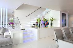 escada branca com iluminacao nos degraus projeto arquitetura blog assim eu gosto