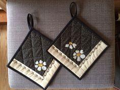 Potholder Patterns, Patchwork Quilt Patterns, Sewing Patterns, Diy Home Crafts, Sewing Crafts, Sewing Projects, Patch Quilt, Mug Rugs, Soft Dolls