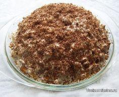 """Гениальный тортик без выпечки  Он действительно гениален!!! Справится даже ребенок! 5 минут на приготовление и при этом о-очень вкусный и нежный! Рекомендую !  Ингредиенты: - 500 г крекера """"Рыбки"""" - 1 л сметаны - 250 г сахара - 2 банана (можно и курагу, и чернослив, и орехи) - 1 маленькая плитка шоколада  Приготовление:  1. Смешать сметану с сахаром.  2. Всыпать крекер, порезанный кусочками банан, перемешать.  3. Все выложить в форму или глубокую миску (я выстелила ее пищевой пленкой)…"""