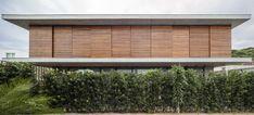 CASA BRAVOS | Praia Brava em Itajaí SC | JOBIM CARLEVARO arquitetos | Interiores: Simara Mello | Paisagismo: JA8 | Foto: © leonardo finotti  #santacatarina #brasil #jobimcarlevaro #arquitetura #casa #itajai #praiabrava #camboriu #interiores #decor #arquiteto #florianopolis #casas #houses #jardim #garden #brise #brisesoleil #madeira #wood #architecture #arquitectura