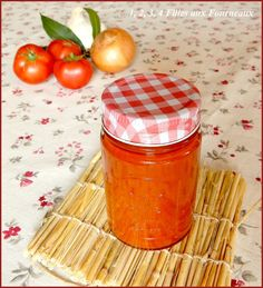 Voici la recette de sauce tomate bien parfumée que j'avais faite l'année dernière qui est parfaite pour accompagner de nombreuses recettes tout au long de l'année. Les conserves de sauce tomate peuvent se garder 1 an. Ingrédients pour environ 5 pots de... Mason Jar Meals, Meals In A Jar, Sauce Tomate Fraiche, Shish Kebab, Grilling Sides, Cuisine Diverse, Grilled Tomatoes, Sauteed Mushrooms, 1 An