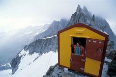 O refúgio Tita Ronconi se situa entre Val Masino e Val Bondasca, na Itália. Ao fundo, as formações pontiagudas do Pizzi Gemelli.