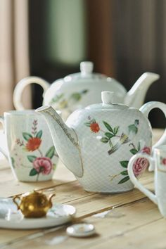 This small teapot is decorated with exotic flowers, a bird and golden details. Breakfast Plate, Cappuccino Cups, Pip Studio, Moon Cake, Kitchen Aprons, Jar Storage, Exotic Flowers, High Tea, Large White