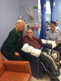 GOOD YARN: Cancer patients at #CoffsHarbour Health Campus have been given handmade winter woollies from staff & inmates at Grafton #http://prisonpic.twitter.com/cnXrhfEjK7