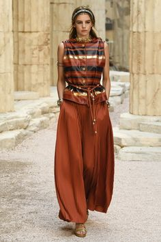 Chanel Resort 2018 collection, runway looks, beauty, models, and reviews.