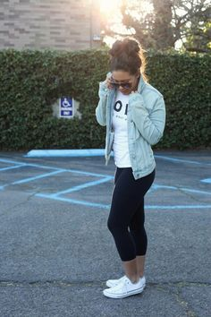 Sporty Outfits : Picture Description sporty/casual style Cropped jeans/leggings/jeggings/jean jacket/tshirt/converse & a bun - looks. Style Converse, Legging Outfits, Outfits With Converse, Casual Outfits, White Converse, Converse Shoes, Converse Girls, Converse Fashion, Athleisure Outfits