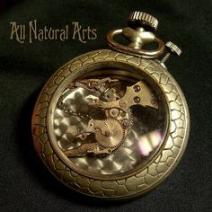 Arte hecho con partes de un reloj.