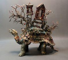 Escultura de tartaruga com uma casa no casco MOradia do shinsokan da floresta. Este é o guardião.