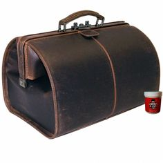 Doctor bag made of leather from buffalo - a tote bag for life! Very beautiful and very robust doctor bag in style of fine buffalo leather in saddle b. Leather Gifts, Cow Leather, Leather Craft, Medical Bag, Best Bags, Leather Projects, Leather Handbags, Leather Bags, Leather Design