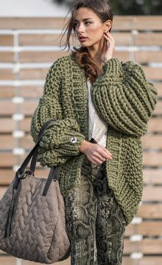 Autumn winter look. Khaki knit LoonUp cardigan matched with oversized bag and the snake print trend pants. Army boots complete the ultimate streetstyle. Knitwear Fashion, Knit Fashion, Sweater Fashion, Boho Fashion, Fashion Outfits, Fashion Ideas, Chunky Cardigan, Knit Cardigan, Cozy Sweaters