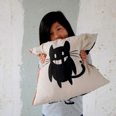 Hey, ho trovato questa fantastica inserzione di Etsy su https://www.etsy.com/it/listing/154218958/the-toothless-cat-one-of-a-kind-cushion