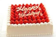 ケーキデザイン68 オーソドックスなスクエアが可愛い 隙間なく苺をのせたプレミアムストロベリーウェディングケーキ
