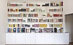 Un intervento puntuale per ridefinire lo spazio living con l'inserimento di una libreria. Visto il peso importante da sostenere e la luce da coprire, è stato pensato un sistema a scomparsa, molto solido e flessibile, per l'ancoraggio ed il supporto delle mensole. La libreria è stata realizzata in MDF laccato bianco.
