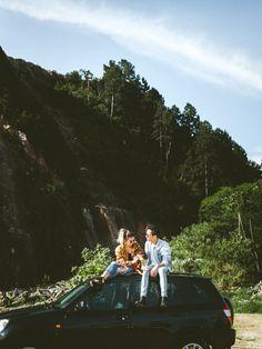 Couple in love, car, explore, adventure, mountains, trees, pine, moody, sun light, tattoo, hipster, indie, boho, casal, ensaio de dia, carro, exploração, aventura, pinheiro, fotografia, photography
