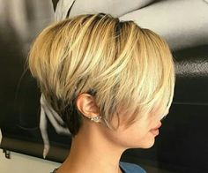 Long pixie hairstyles are a beautiful way to wear short hair. Many celebrities are now sporting this trend, as the perfect pixie look can be glamorous, elegant and sophisticated. Here we share the best hair styles and how these styles work. Short Bob Hairstyles, Hairstyles Haircuts, Pretty Hairstyles, Pixie Haircuts, Medium Hair Styles, Short Hair Styles, Corte Y Color, Great Hair, Hair Today