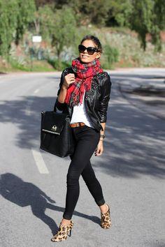 Chaqueta piel negra con pantalón negro, camiseta blanca y pañuelo rojo.