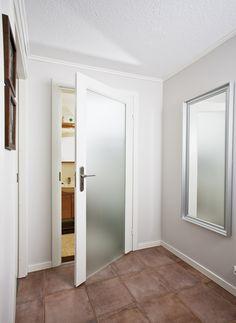 JELD-WENin ovimalli Craft Spa 100 soveltuu sekä kylpyhuoneenoveksi että kodin sisäoveksi. Ovessa on hyvin läpinäkyvyyttä estävä opaalilasi. Spa, Doors, Mirror, Bathroom, Furniture, Home Decor, Slab Doors, Washroom, Homemade Home Decor