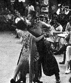 Một bộ phim câm là một bộ phim không có đồng bộ âm thanh ghi lại , đặc biệt là không có nói đối thoại . Trong phim câm để giải trí đối thoại được truyền qua tắt những cử chỉ, điệu bộ và tiêu đề thẻ . Các ý tưởng kết hợp hình ảnh chuyển động với âm thanh ghi lại là gần như cũ như bản thân bộ phim, nhưng vì những thách thức kỹ thuật có liên quan, đối thoại đồng bộ được thực hiện chỉ thực tế vào cuối năm 1920 với sự hoàn hảo của các ampli đèn Audion và sự ra đời của Vitaphone hệ thống .