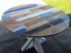 Pallet Round Top Coffee Table with Pedestal Base - 30 Easy DIY Pallet Ideas for Your Next Projects | 101 Pallets