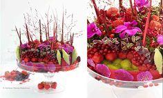 Georges Muller, membre du Groupe d'Art Floral Interflora, livre ici sa recette de gâteau aux fruits rouges : sur une base ronde encerclée de rouge, il associe délicatement dendrobiums, vandas, fraises, groseilles, asclépias, célosies et roses branchues…