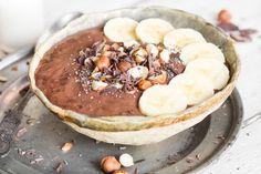 Schokoladen-Smoothie-Bowl mit Haselnüssen