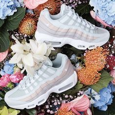 Flower Power with the Nike Air Max 95 Powdered 🌸🌸 Basket Nike Air, Baskets Nike, Nike Air Huarache, Nike Lebron, Nike Basketball, Cute Shoes, Me Too Shoes, Nike Sportswear, Flower Power