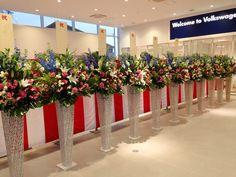 自動車販売店OPENのスタンド花。 お取りまとめの御祝花が整然と並びます。
