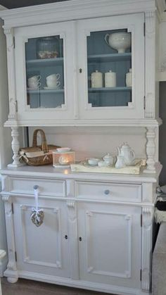 White dresser Wooden Crate Furniture, Recycled Furniture, Refurbished Furniture, Shabby Chic Buffet, Shabby Chic Kitchen, Painting Pine Furniture, Painted China Cabinets, Diy Furniture Projects, Furniture Upholstery