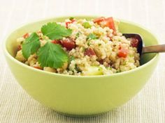 Ein erfischend knackiger Salat wartet auf Sie. Ereben Sie eine gelungene Komposition aus Quinoa, Honig und Zitrone