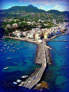 Ischia, is een Italiaans eiland gelegen in de baai van Napels.