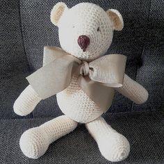 Mini urso em crochê medindo 25cm em pé, 16cm sentado. . Cores variadas, laços coordenados.