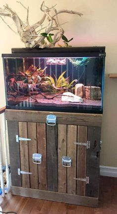 diy aquarium furniture stands are an integral part of every aquatic system. The aquarium stand should be sturdy so that it can bear the weight of a filled a. Diy Aquarium Stand, Aquarium Design, 1001 Pallets, Wood Pallets, Fish Tank Stand, Pallet Tv Stands, Paludarium, Pallet Creations, Pallet Projects